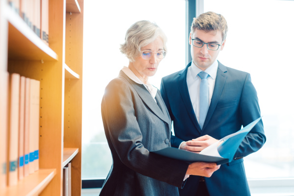 senior und junior anwalt in anwaltskanzlei