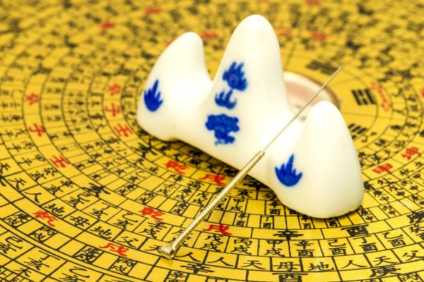 akupunkturnadel auf chinesischem feng shui kompass