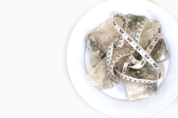 auf einem weissen hintergrund mineralquelle steinsalzkomponenten