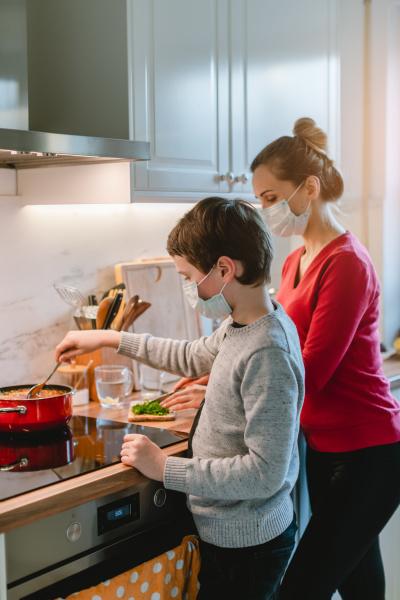 mutter und sohn kochen zu hause