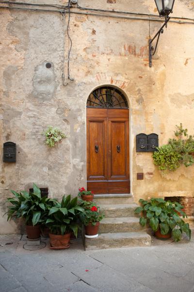 hoelzerne wohntuer in der toskana italien