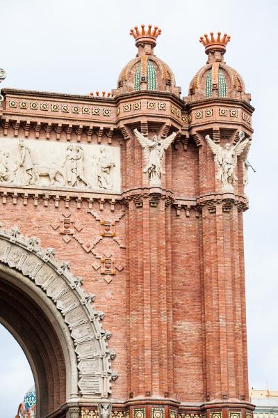 der historische triumphbogen im stadtzentrum von