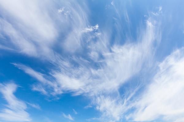 schoene wolke wirbelt und blauer himmel