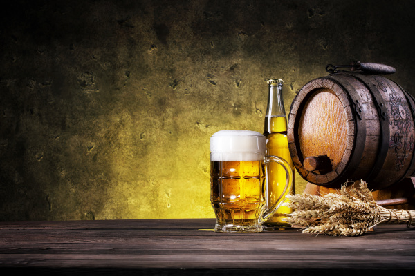 glas leichtes bier mit flasche und