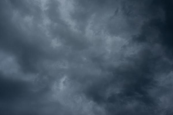 dunkle schwarze wolken am himmel stuermische