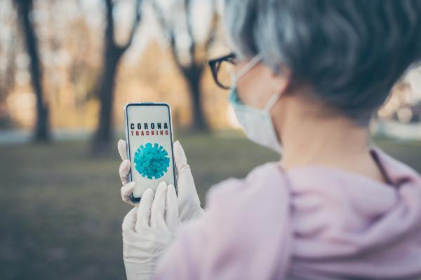 senior frau mit coronavirus tracking app