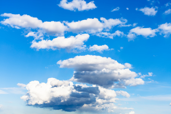 niedrige wolken und viele weisse wolken