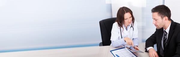 weibliche AErztin zeigt digitales tablet