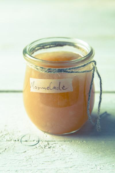 birnenmarmelade in einem glas mit schnur