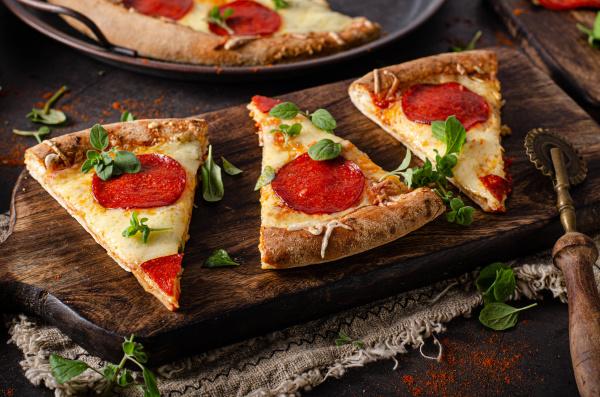 hausgemachte salami pizza mit kaeseecken