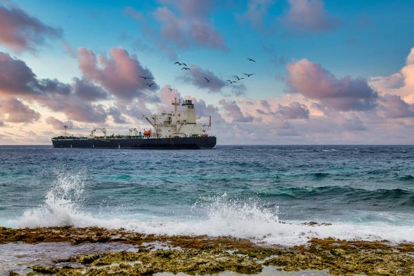 tanker segeln jenseits crashing surf