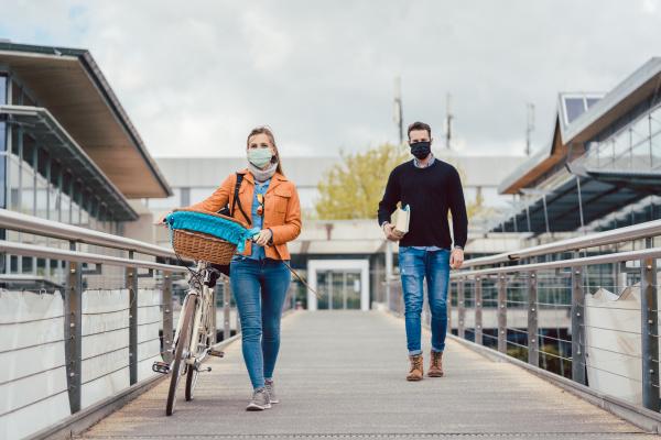 studenten auf dem universitaetscampus tragen masken
