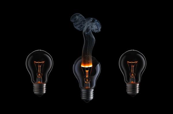 sammlung von brennenden gluehbirnen