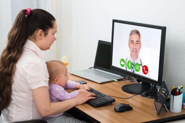 frau videokonferenzen am computer