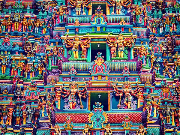 skulpturen auf dem hinduistischen tempelturm