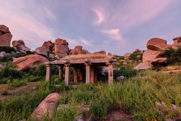 antike ruinen von hampi bei sonnenuntergang