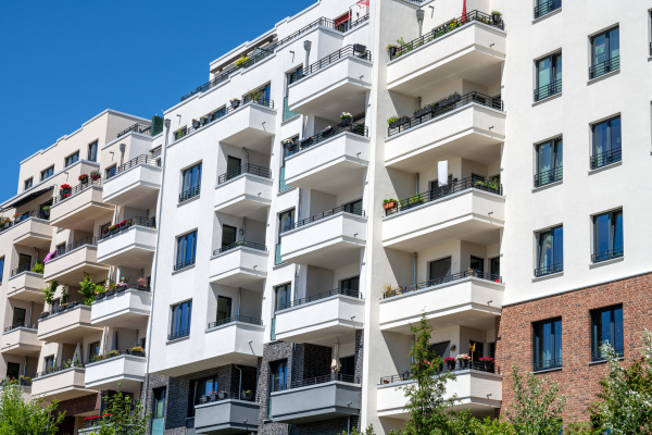 moderne mehrfamilienhaeuser in berlin deutschland gesehen