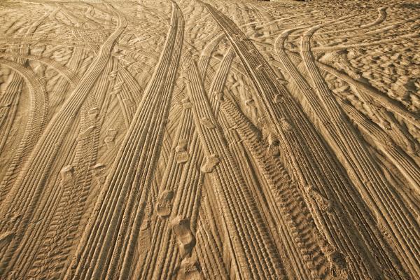 spuren von autos auf dem sand