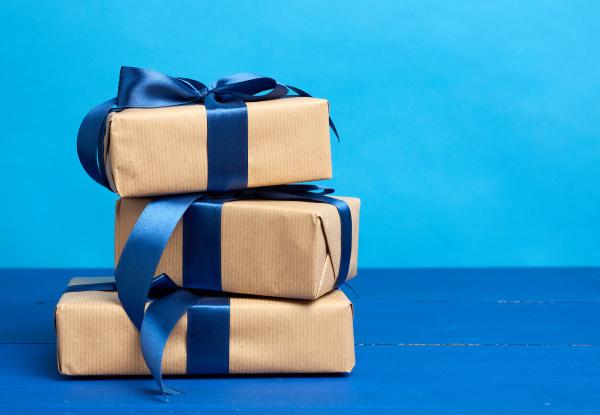 geschenke in schachteln in braunes kraftpapier