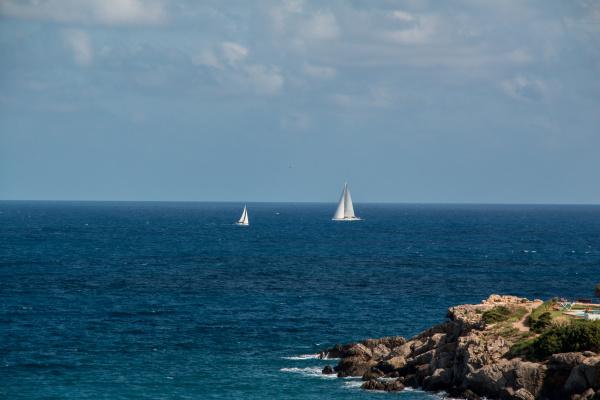 segelschiff in der naehe von cala
