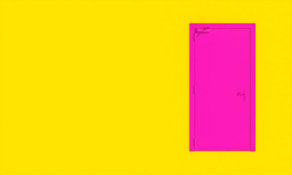 fuchsia tuer auf gelbem hintergrund minimaler