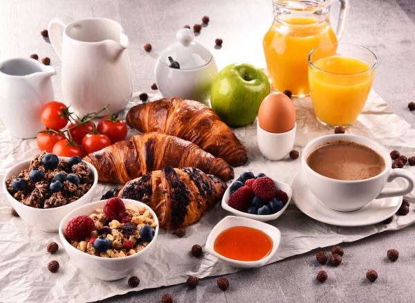 das fruehstueck wird mit kaffee orangensaft
