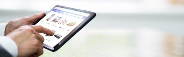 hand holding tablet einkauf online