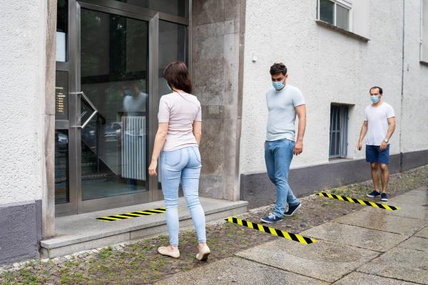 menschen schliessen sich dem social distancing