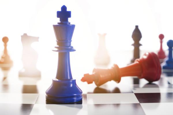 studioaufnahme von roten und blauen schachbauern