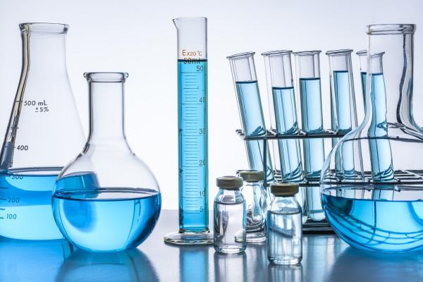 laborglaeser mit blauer fluessigkeit