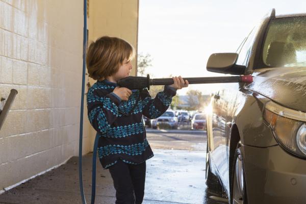 4 jaehriger junge waschen ein auto