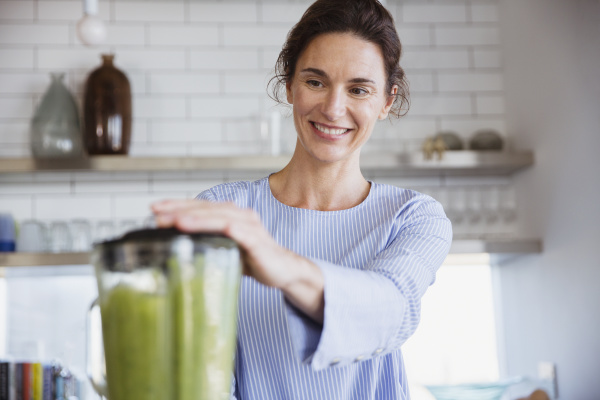 lächelnde, frau, macht, gesunden, grünen, smoothie - 28732205