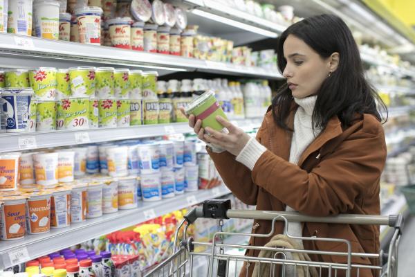junge frau lesen etikett auf behaelter