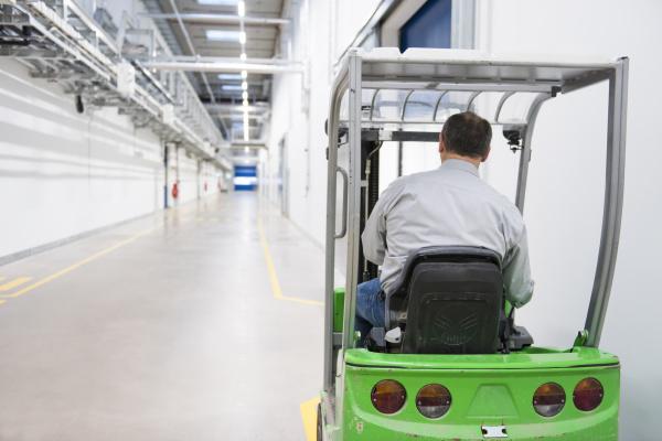 mann auf gabelstapler in einer fabrik