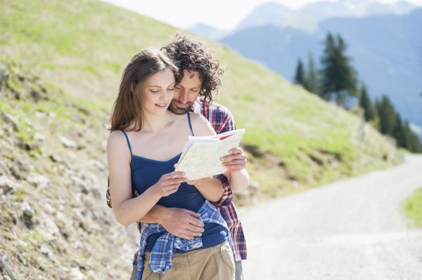 wanderpaar mit blick auf die karte