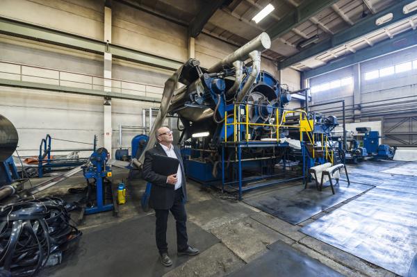 leitender geschaeftsmann in einer gummiverarbeitungsfabrik
