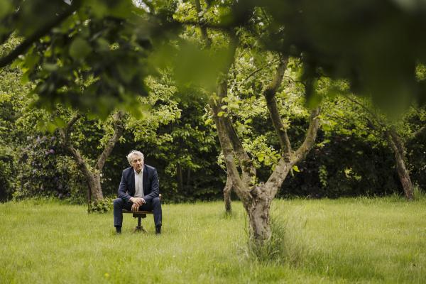 senior geschaeftsmann sitzt auf einem stuhl