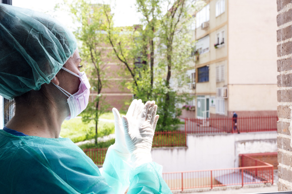 krankenschwester klatscht im krankenhaus am fenster