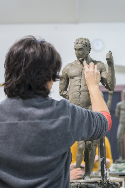 studentin formiert nackte skulptur