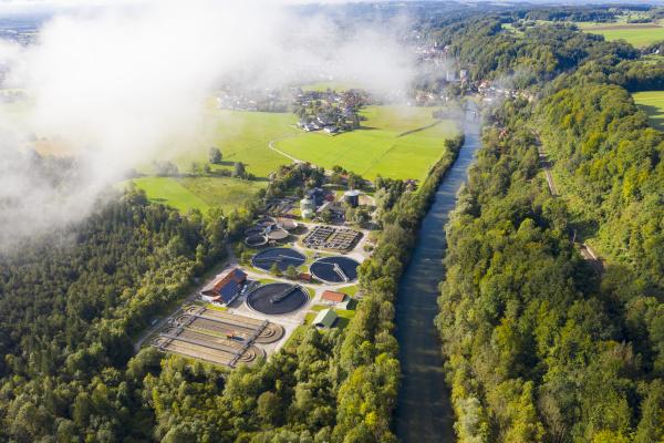 deutschland bayern wolfratshausen drohnenansicht der klaeranlage