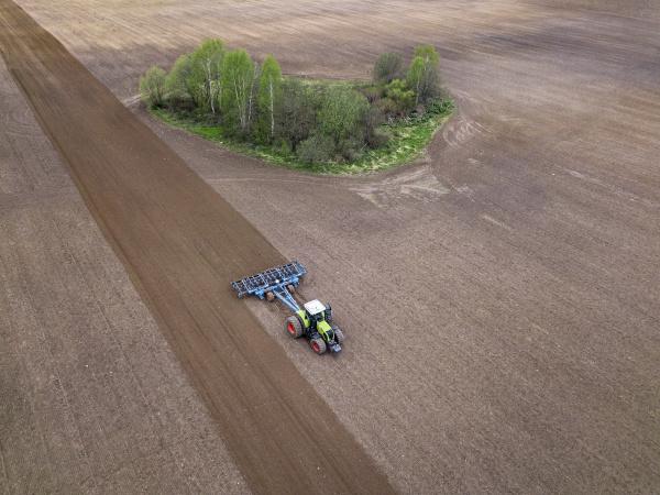 russland region moskau luftaufnahme des traktors