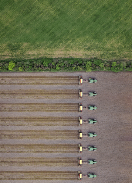 russland luftaufnahme einer reihe von traktoren