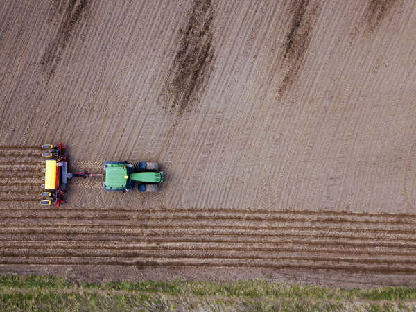 russland luftaufnahme des traktors der braunes