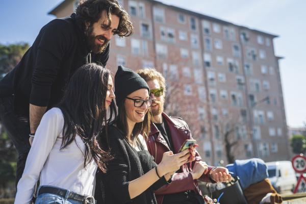 freunde die sich das smartphone ansehen