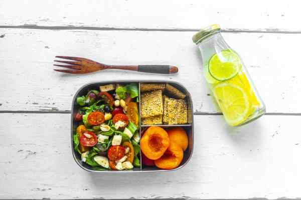 lunchbox mit rucola salat mit farbigen