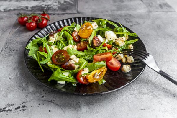 teller mit low carb vegetarischen salat