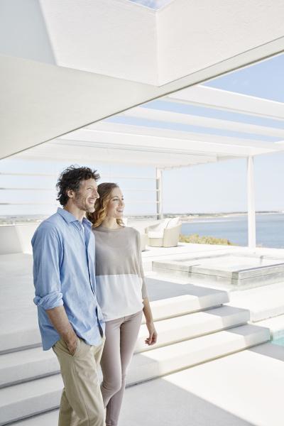 paar im luxurioesen strandhaus und geniesst