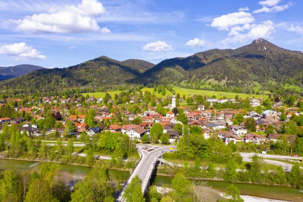 deutschland bayern lenggries drohnenansicht der flussstadt