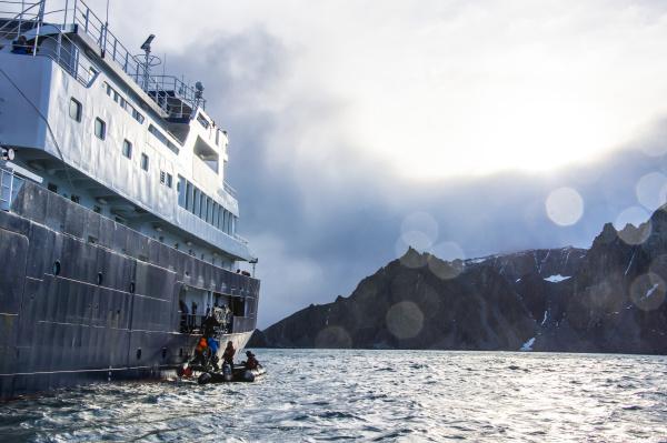 touristen die ein kreuzfahrtschiff von einem