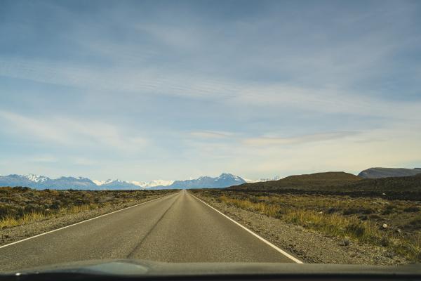 argentinien himmel ueber leere patagonische strasse